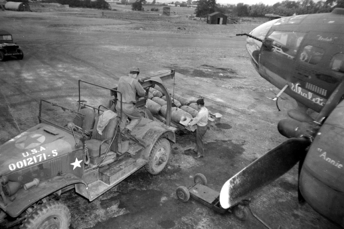 381st bg b17  bomb loading aug 20 43721 4x6